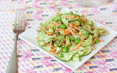 Nouilles aux carottes et aux courgettes de Gena avec pesto et petits pois